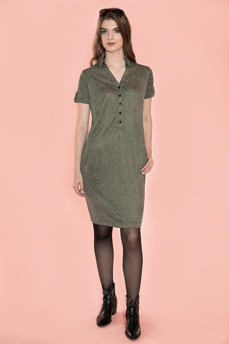 De Chiarico Dress New Classy Blended is voorzien van een hoge opstaande kraag, die d.m.v. een drukker ook plat gedragen kan worden. De jurk is voorzien van steekzakken, waardoor het heel comfortabel zit. De zijnaden zijn naar voren verlegd, zodat de vrouw slanker lijkt. Daarnaast zijn de knopen zodanig geplaatst dat de jurk niet gaat wijken bij de buste.  Lengte: Over de knie. Materiaal: 95% viscose 5% elastaan.