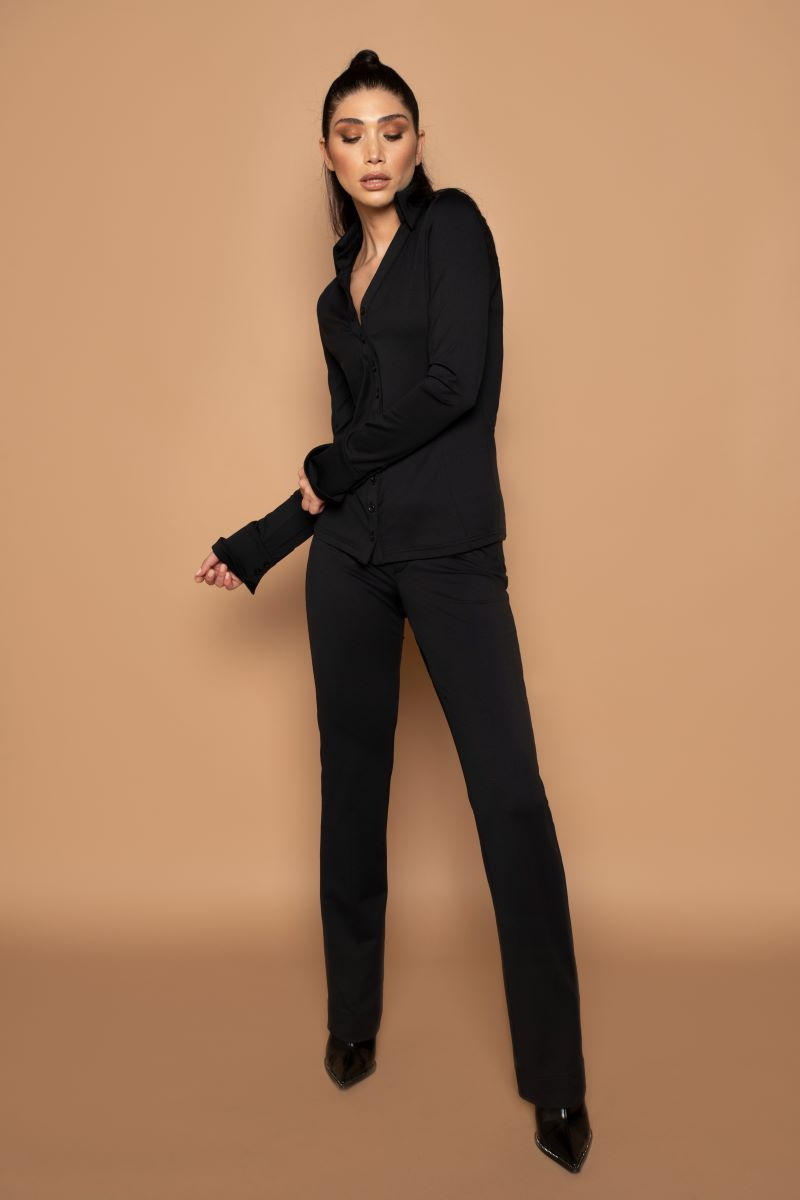 Deze aangesloten Chiarico blouse is gemaakt van 'travel' stof, dwz. 95% hoogwaardige polymide en 5% elastaan; de stof geeft enigzins mee en blijft vormvast.  Ook na vele wasbeurten blijft de vorm en de kleur mooi.  De knoopjes op deze blouse staan dicht op elkaar, dus geen inkijk!  De Italiaanse, verhoogde kraag geeft allure, en mooie lange manchetten.  Combineer deze zakelijke blouse ook gerust eens met een casual broek.