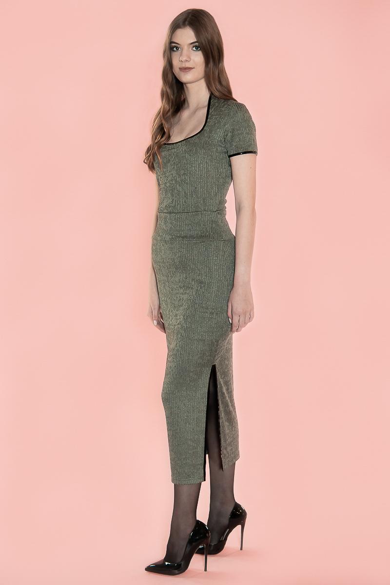 De Chiarico Skirt Single Long Blended pr. is een lange chique rok die voorzien is van een dubbele tailleband, die de buik doet corrigeren. De lengte is perfect tot boven de enkel en heeft een split aan de zijkant. Mocht u de rok korter willen dragen, dan kunt u de tailleband ook omslaan voor een wat uitdagendere look. Lengte: Enkellengte. Materiaal: 95% viscose 5% elastaan.