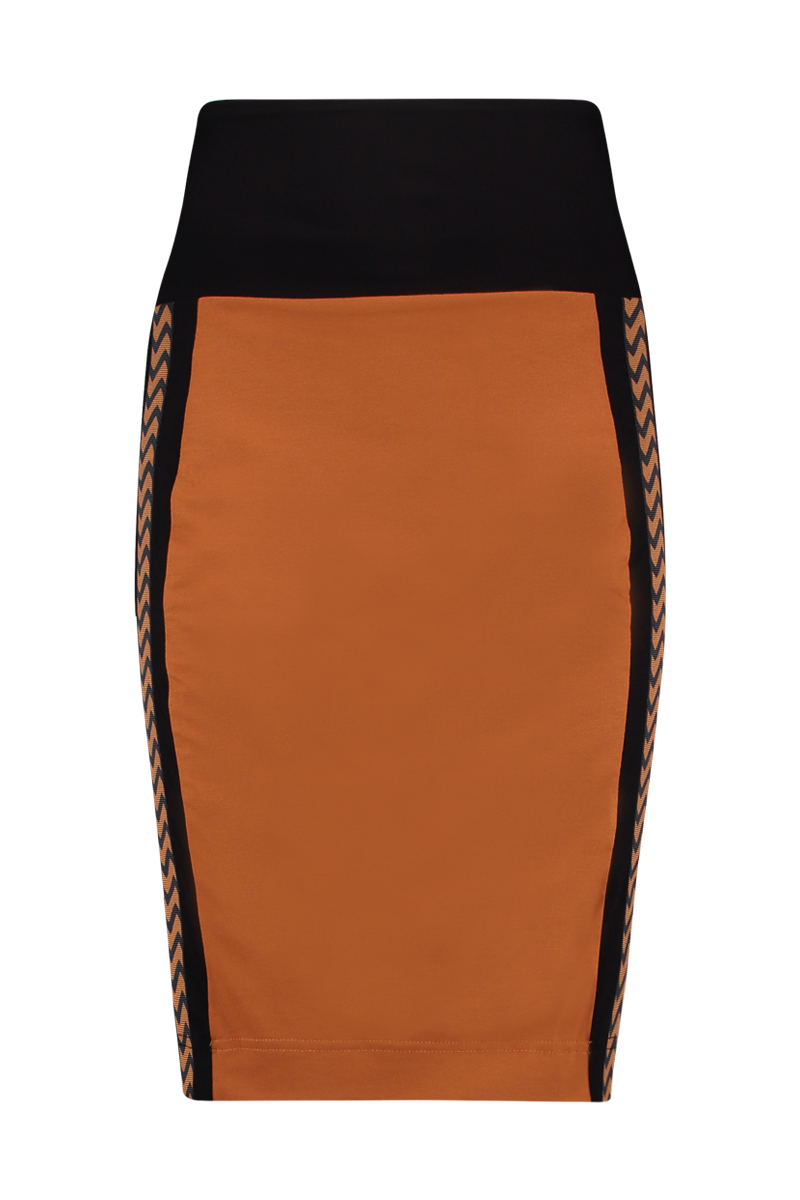 De Skirt sport heeft taping aan de zijkant en een dubbele tailleband om buik te corrigeren. De lengte is perfect tot de knie, u kunt de tailleband ook omslaan om de rok korter te maken. Materiaal: 95% viscose 5% elastaan.
