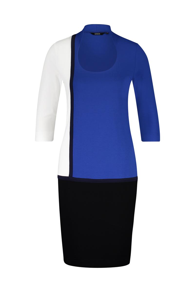 Luxe basis jurk met geraffineerde halslijn -De hals is verhoogd aan de achterzijde, waardoor deze mooi aansluit in de nek welke eventuele uitstekende nekwervels kan verhullen. -Smalle schouders, zodat deze optisch slanker maakt. -Mouwlengte ¾ materiaal: 95% viscose 5% elastaan