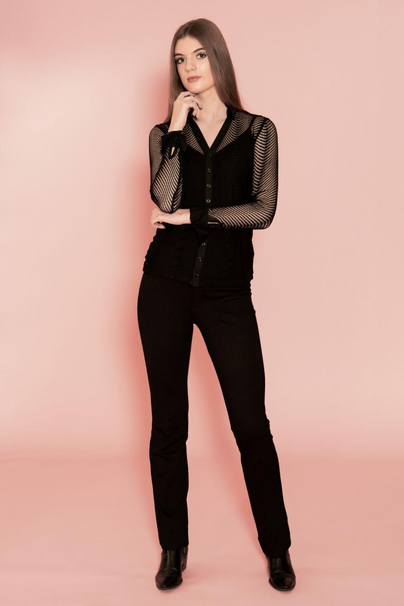 Zwarte transparant dames blouse(exclusief hemdje, deze is los te bestellen). Deze blouse is gemaakt van rekbare Italiaanse kant. Je kan er een spaghettiband hemdje of mooie zwarte bh eronder dragen. Niet alleen leuk voor kerst of oud en nieuw, maar ook voor dagelijks gebruik. Mooi te combineren met een stoere zwarte spijkerbroek of klassieke zwarte pantalon, waardoor je een totaal nieuw outfit krijgt.