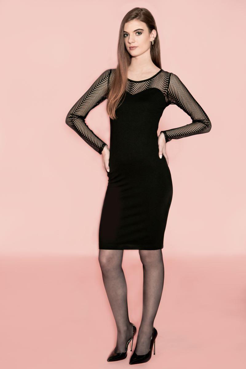 De Chiarico Dress Anna Mesh is een zwarte dames jurk met lange mouwen. Deze jurk is aan de bovenkant gemaakt van rekbare Italiaanse kant wat zich een prachtig motief vormt op de huid. De onderkant van de jurk is gemaakt van een stevige natuurlijke viscose punto stof. Lengte: Knielengte. Materiaal: 95% viscose 5% elastaan.