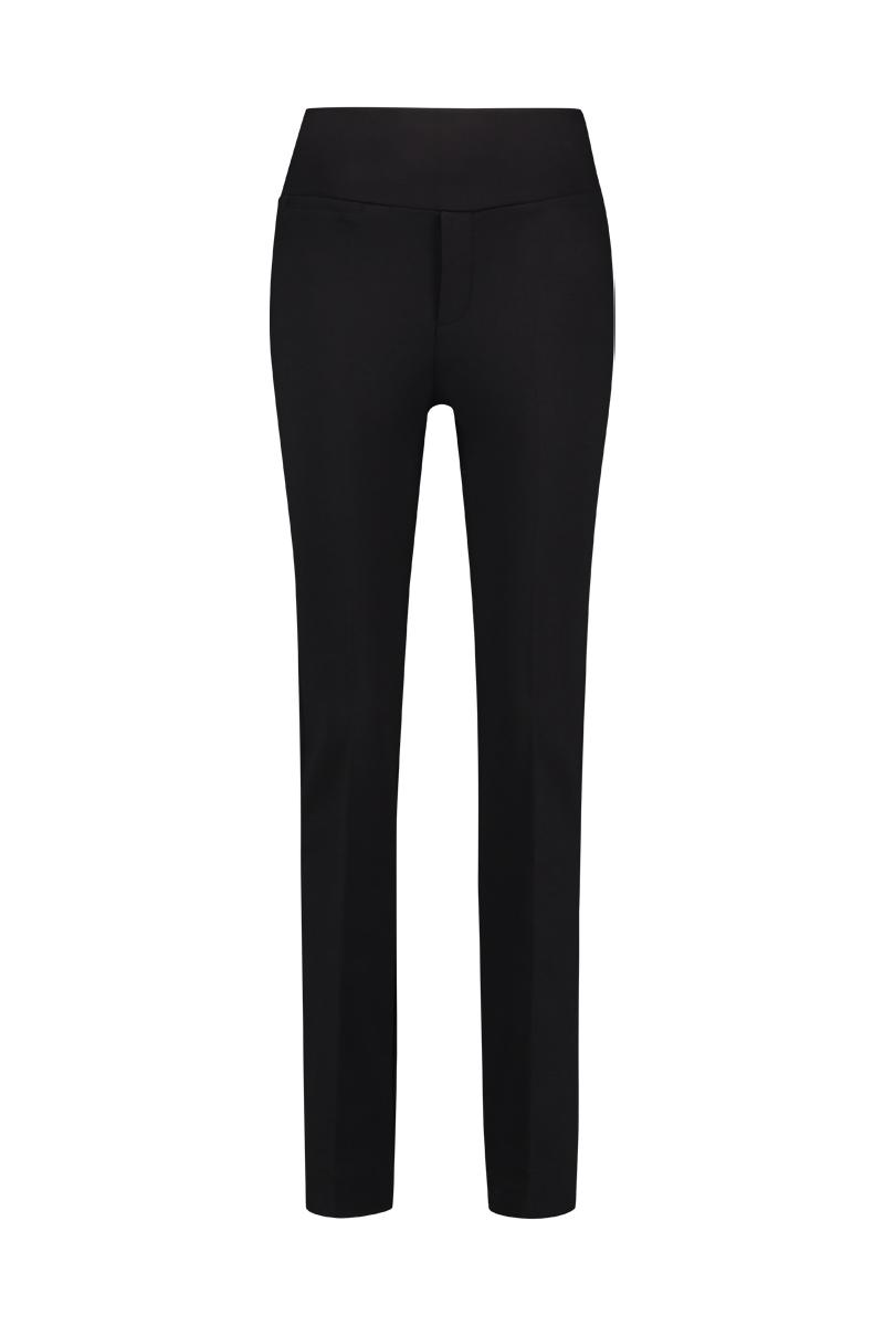De X items zijn de wat ruimervallende items van Chiarico voor de grotere vrouw. De Pants City is de broek die elke vrouw wilt hebben, hij is comfortabel, stijlvol en zeer veelzijdig. Door de dubbele tailleband pakt het de hele buikpartij aan. De broek heeft rechte pijpen, een zak voor en twee zakken achter. - Binnenbeen: 93cm Materiaal: 95% viscose, 5% elastaan.