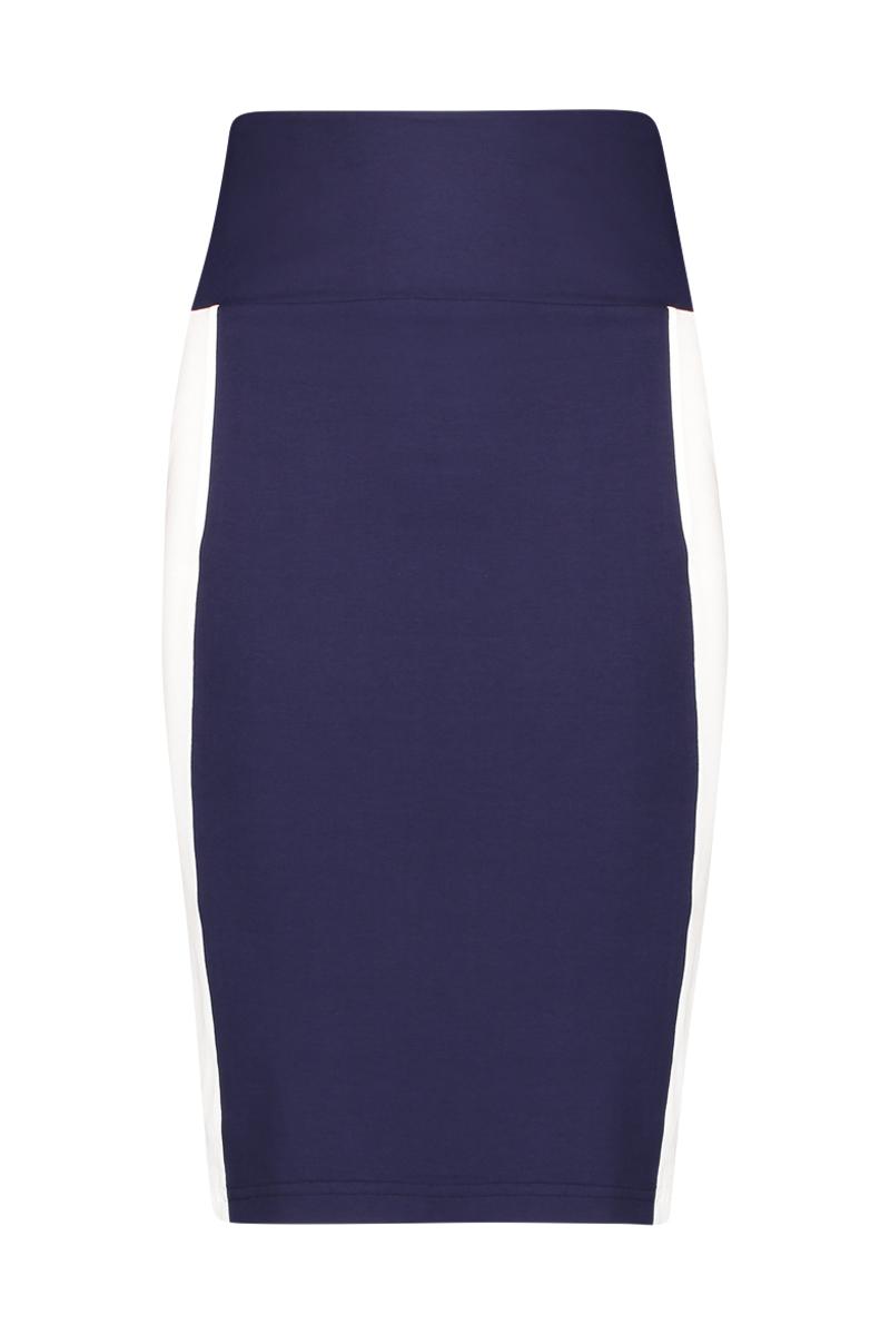 De Skirt Stripe duo heeft een stripe print aan de zijkant en een dubbele tailleband om buik te corrigeren. De lengte is perfect tot de knie, u kunt de tailleband ook omslaan om de rok korter te maken. Materiaal: 95% viscose 5% elastaan.