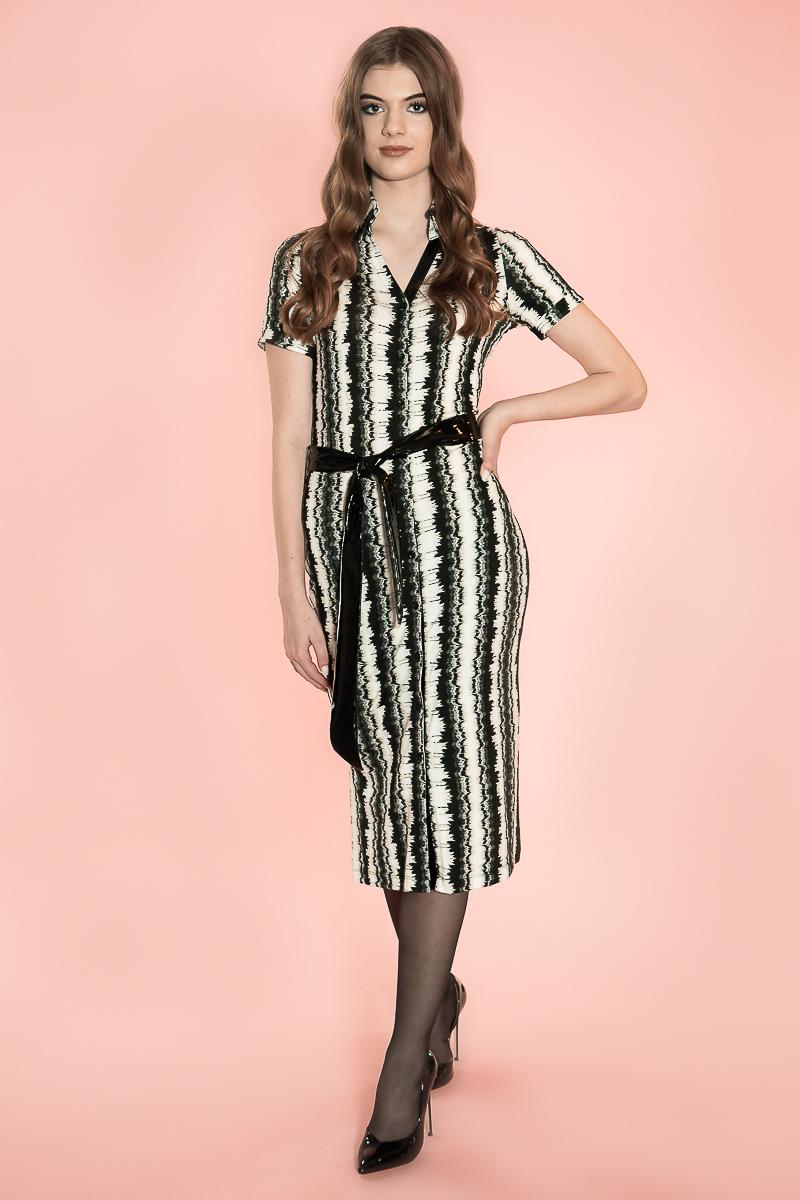 De Chiarico Dress Blouse Tina pr. is een nieuwe jurk in een lange lengte. Er zit een riempje om de jurk heen, mocht u iets meer taille willen construeren. De riem heeft twee kanten: een lakleren en een geprinte, om lekker af te wisselen! Verder zitten de knopen dicht bij elkaar, zodat de jurk niet gaat wijken. U kunt de jurk eventueel ook als Robe Manteau dragen. Lengte: Over de knie. Materiaal: 95% viscose 5% elastaan.