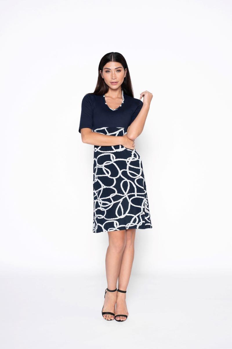 De Dress Rope is een soepelvallende A-lijn jurk met een mooie combinatie van twee soorten viscose stoffen. De jurk heeft een v hals met kraagje in de nek.  Materiaal: 95% viscose, 5% elastaan.