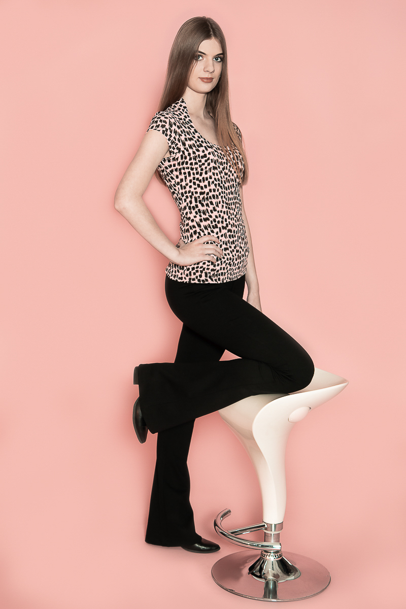 De Chiarico X Top Jeanny Tina pr. is bestemd voor de lange vrouw en is vernoemd naar de ontwerpster Jeanny. Dit is een luxe basic-top met een geraffineerde halslijn. De top is voorzien van een dubbele voorzijde, zodat deze minder tekent en mooier aansluit op het lichaam. Tot slot zorgt de top ervoor dat u smallere schouders heeft, zodat u optisch slanker lijkt. Mouwlengte: lange kapmouw. Materiaal: 95% viscose 5% elastaan.