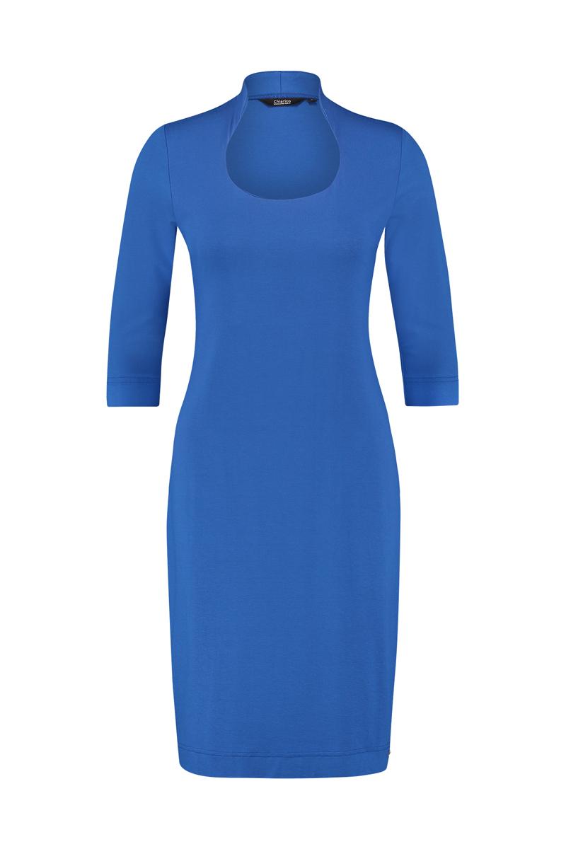 Luxe basis jurk met geraffineerde halslijn -De hals is verhoogd aan de achterzijde, waardoor deze mooi aansluit in de nek welke eventuele uitstekende nekwervels kan verhullen. -Smalle schouders, zodat deze optisch slanker maakt. -Dubbele voorzijde, zodat deze minder tekent en mooier aansluit. -Mouwlengte ¾ materiaal: 95% viscose 5% elastaan