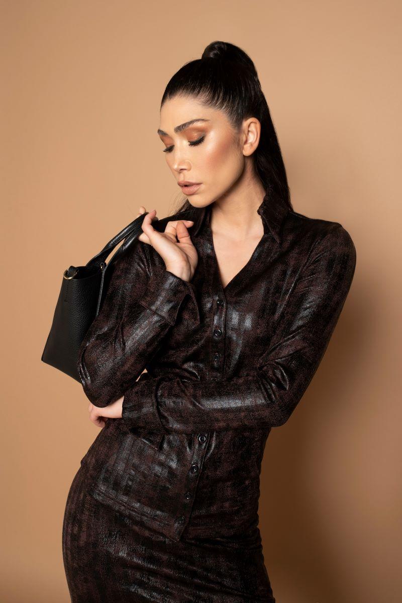 Deze Blouse Liv is de perfecte toevoeging aan elke garderobe, gedragen in een broek of gecombineerd met een modieuze blazer. De blouse heeft getailleerde lange mouwen met manchetten en een opvallende opstaande kraag. De knoopsluiting is zo gemaakt dat deze niet gaat wijken.