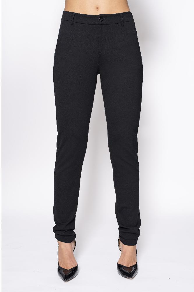 De pants pocket tight is een aansluitende broek met strookzakken aan de achterkant en steekzakken aan de voorkant. De broek heeft aan de onderkant een omslag en een ritssluiting.  Materiaal: 95% viscose, 5% elastaan.