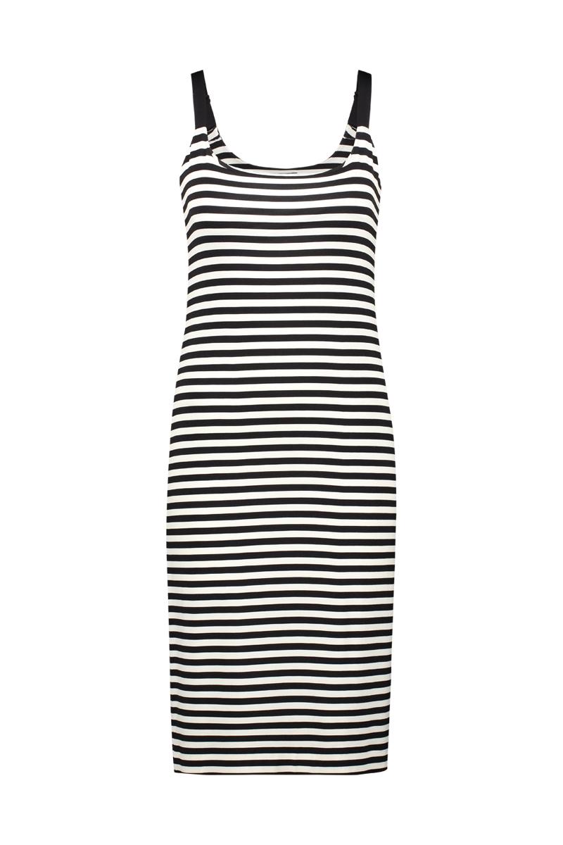 De Chiarico Hemd Long is casual en toch trendy. De jurk kan op zichzelf of met een legging en blazer gedragen worden, valt net boven de knie en heeft verstelbare schouderbandjes.   Materiaal: 95% viscose, 5% elastaan.