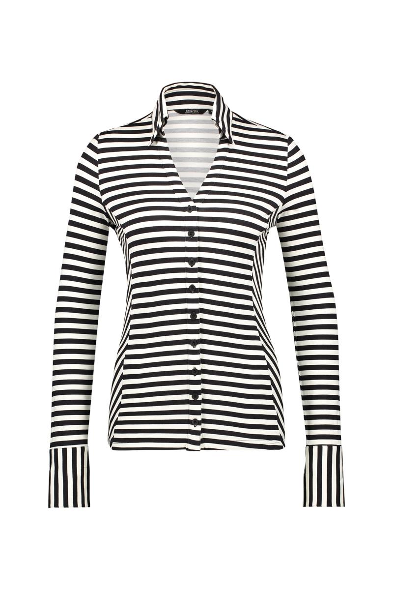 Deze Blouse Liv is de perfecte toevoeging aan elke garderobe, gedragen in een broek of gecombineerd met een modieuze blazer. De blouse heeft getailleerde lange mouwen met manchetten, een opvallende opstaande kraag en een traditionele knoopsluiting.   Materiaal: 95% viscose, 5% elastaan.